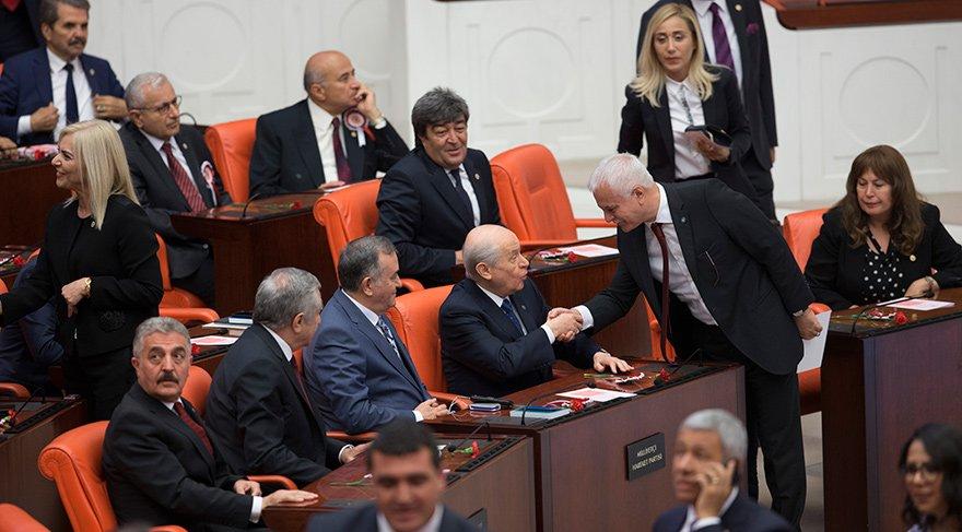 Koray Aydın, Meclis'teki yemin töreninde Devlet Bahçeli ile tokalaşmış, bu durum çok tartışılmıştı.
