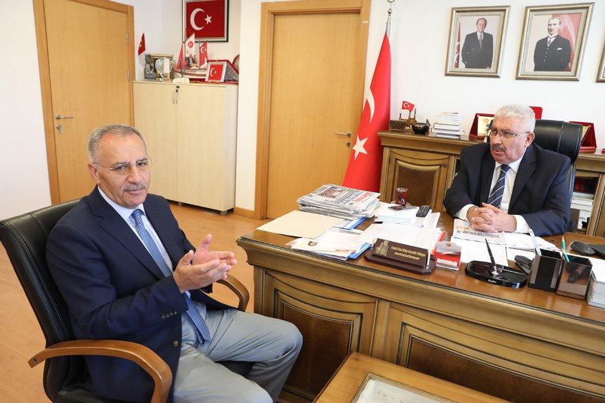 """İLKELERİMİZİ SİYASİ BEKLENTİ UĞRUNA ÇİĞNEMEYİZ Saygı Öztürk'e yeni kabinenin MHP Genel Merkezi'nde olumlu karşılandığını anlatan Semih Öztürk, """"MHP öteden beri tutarlı, ilkeli ve tavizsiz politikalarıyla bilinir. Partimiz, ilkelerini herhangi bir siyasi beklenti uğruna çiğnemez"""" dedi."""