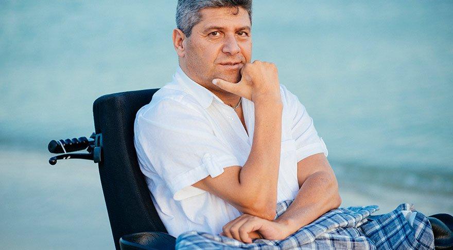 Ramazan Baş, 18 yaşındayken 1983'te sığ suya balıklama atlama sonucu felç kaldı. 20 yıl önce derneği kurdu.