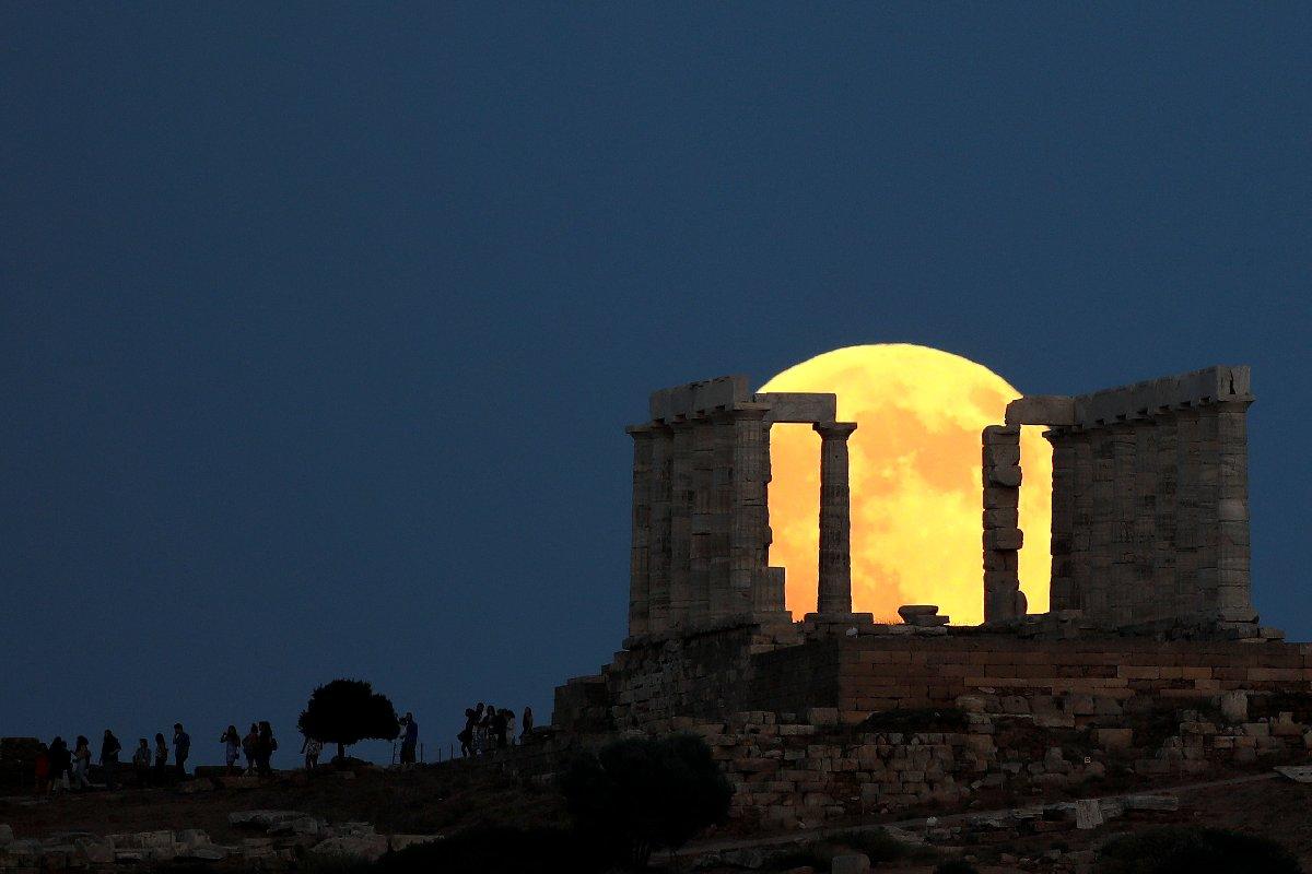 2018-07-27t194721z_393459642_rc164d709d90_rtrmadp_3_lunar-eclipse-greece