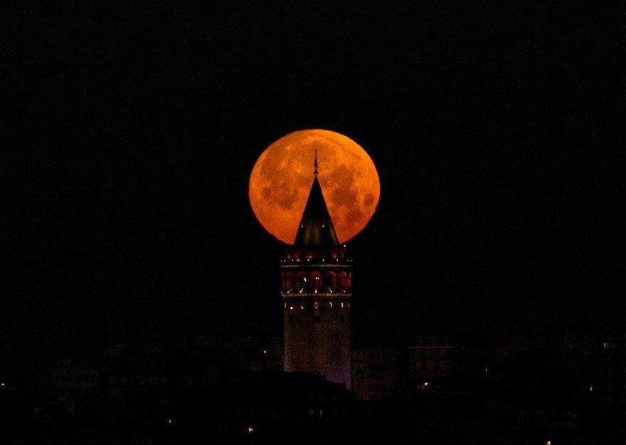 21'İNCİ YÜZYILIN EN UZUNU En iyi Doğu ve İç Anadolu'dan izlenecek olan Kanlı Ay Tutulması 1 saat 43 dakika sürecek. Bu 21'inci Yüzyıl'ın en uzun tutulması olacak.