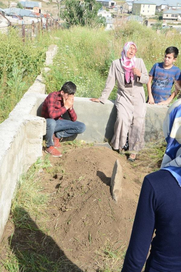 Muhammet Aydemir, kardeşi Leyla'nın mezarı başında gözyaşları döktü
