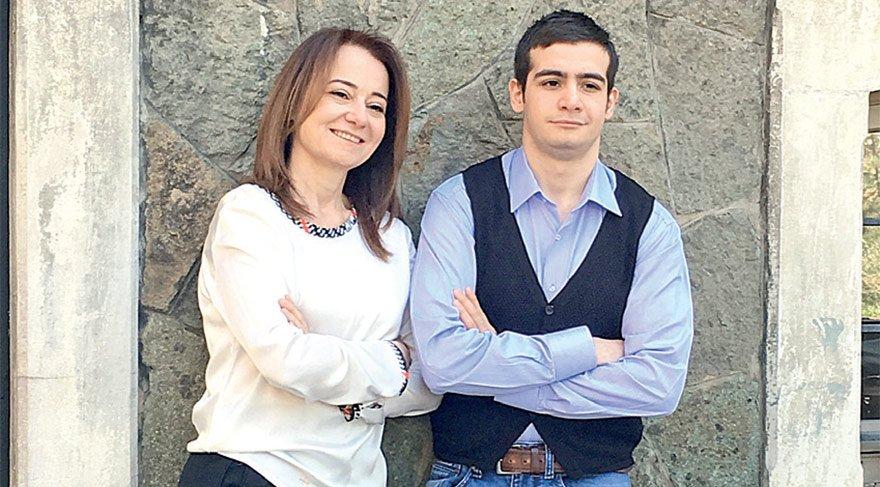 HAYATINI OĞLU CEM'E ADADI Aylin Sezgin, Cem'e otizm teşhisi konunca işini bırakıp kendini oğluna adadı. Şimdi hem otizmli çocuklar hem de aileleri için çabalıyor.