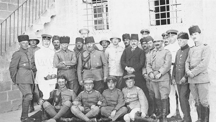 Atatürk, Suriye-Filistin Cephesi'nde silah arkadaşlarıyla birlikte...