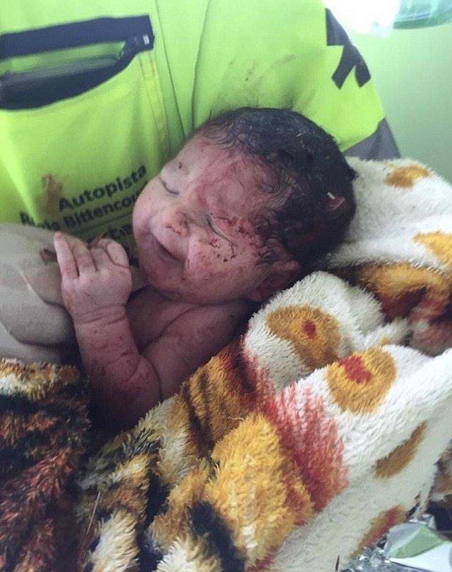 Çarpışmanın şiddetiyle anne karnından fırlayan bebeğe Giovanna adı verildi.