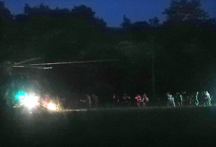 EPA'nın fotoğraflarında kurtarma ekiplerinin kurtarılan ilk çocuğu hastaneye askeri helikopterle taşındığı görülüyor.