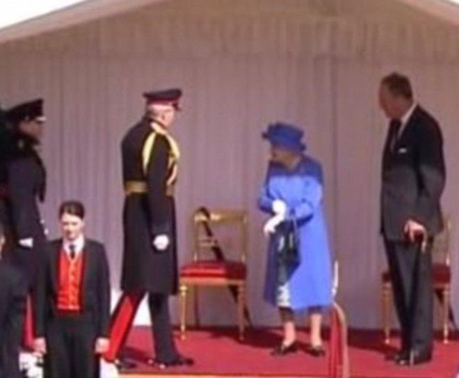 Kraliçe sık sık saatine baktı.