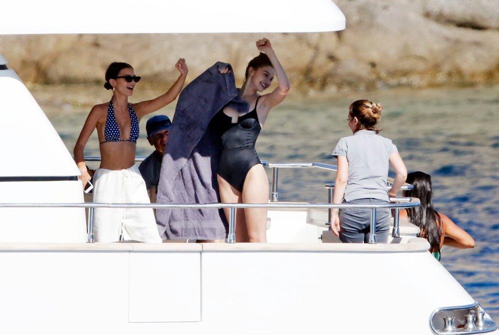 Emily Ratajkowski arkadaşı Gigi Hadid ile birlikte Yunanistan'da tatilde...