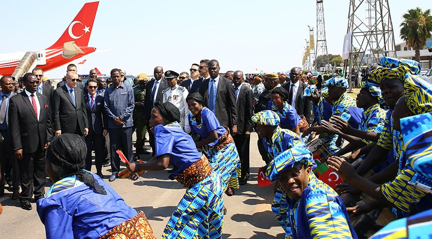 Cumhurbaşkanı Recep Tayyip Erdoğan, Zambiya Cumhurbaşkanı Edgar Lungu tarafından Lusaka Kenneth Kaunde Havaalanı'nda resmi törenle karşılandı.