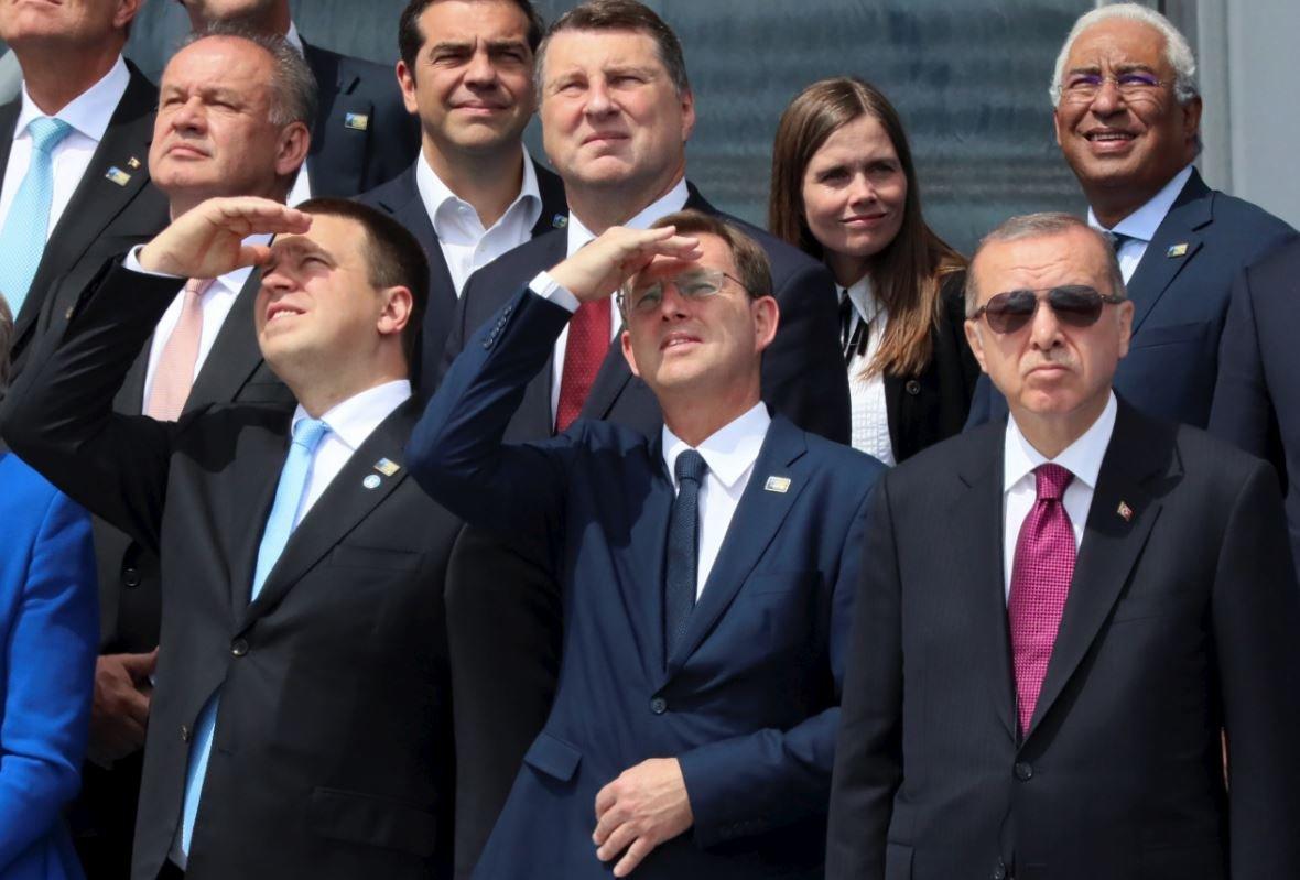 Liderler, helikopter gösterisini izlerken güneş ışıkları dolayısıyla zor anlar yaşadı.