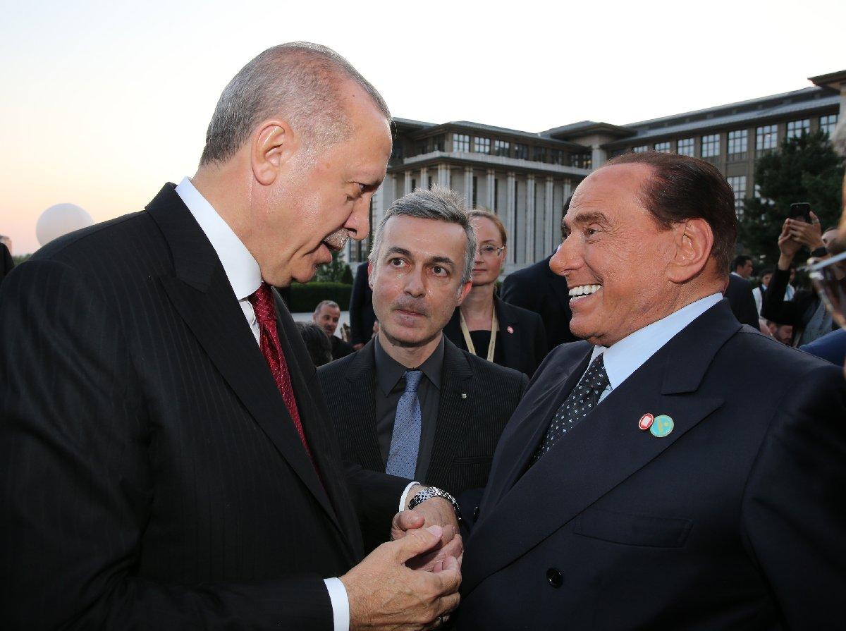 Fotoğraflarda Erdoğan ve danışmanın yüz ifadeleri değişirken, yoğun botoks ve gerdirme operasyonu dolayısıyla Berlusconi'nin ifadesi sabitti.
