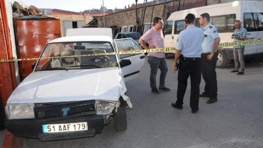 'Dur' ihtarına uymayıp iki polisi ezdi