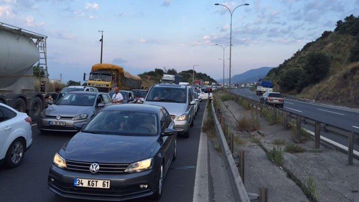 TEM otoyolunda trafiği felç eden kaza!