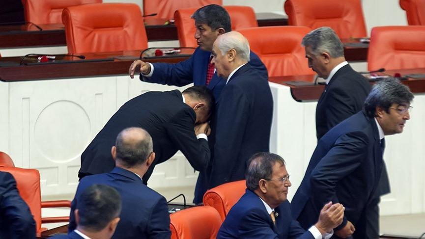 İYİ Parti İstanbul milletvekili Bahçeli'nin elini öptü