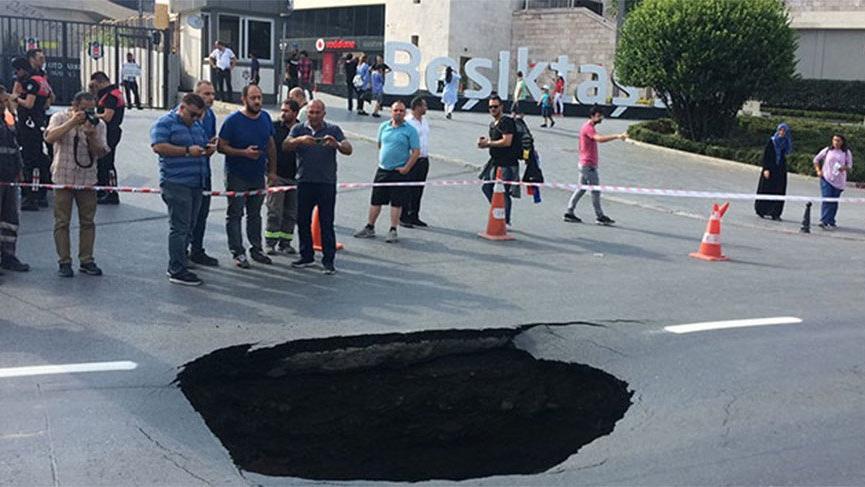 Dolmabahçe'de yol çöktü!