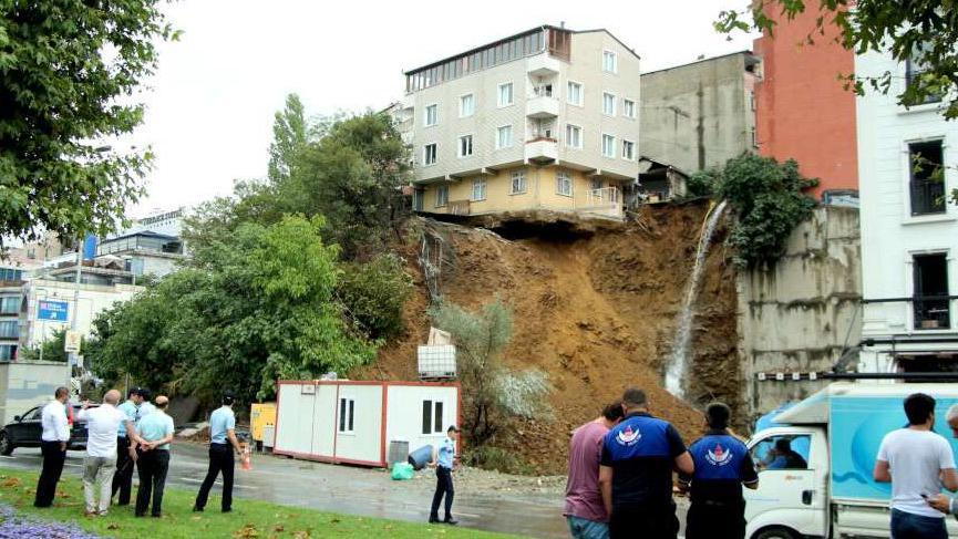 Beyoğlu'nda bina çöküyor! Olay yerine çok sayıda ekip gönderildi