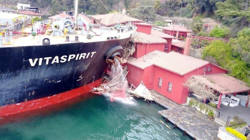 Tarihi yalıya çarpan gemi Türkiye'den ayrıldı