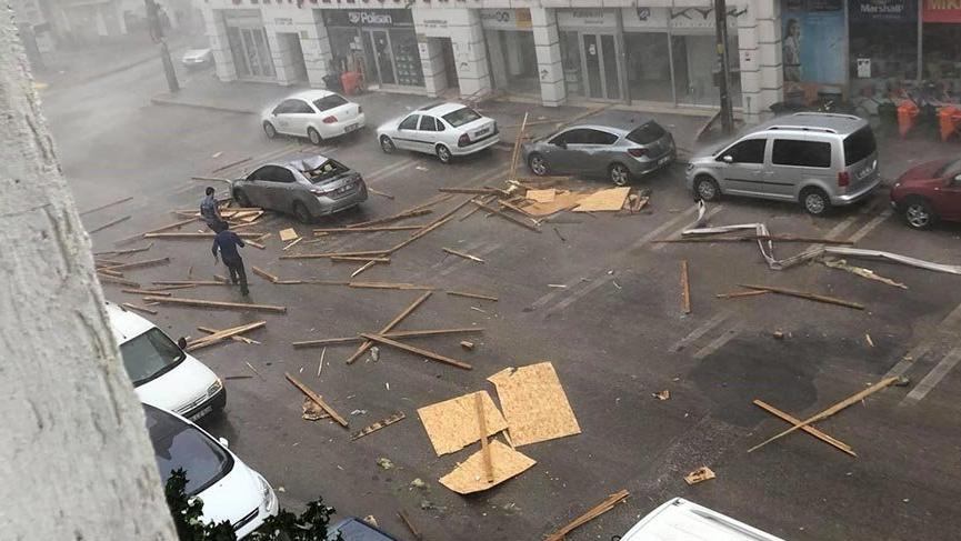 Yağmurla birlikte esen şiddetli rüzgar çatıyı yerinden söktü