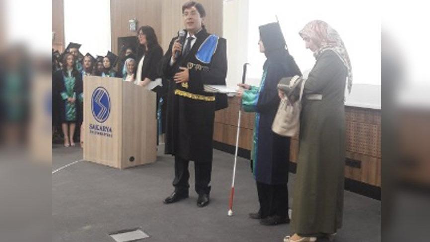 Görme engelli Merve annesinin de yardımıyla hukuk fakültesinden mezun oldu