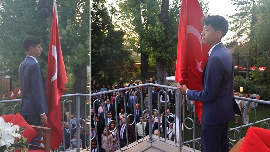 Türk bayrağı, 11 yaşındaki Maxim'e emanet