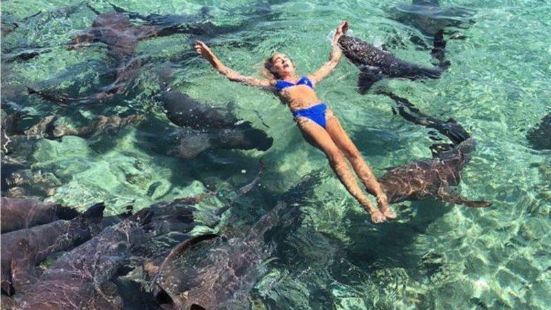Tatilde dehşet anları… Genç modele köpek balığı saldırdı
