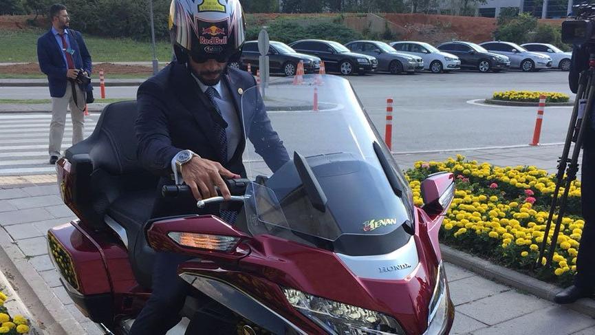 Kenan Sofuoğlu Meclis'e motorla geldi