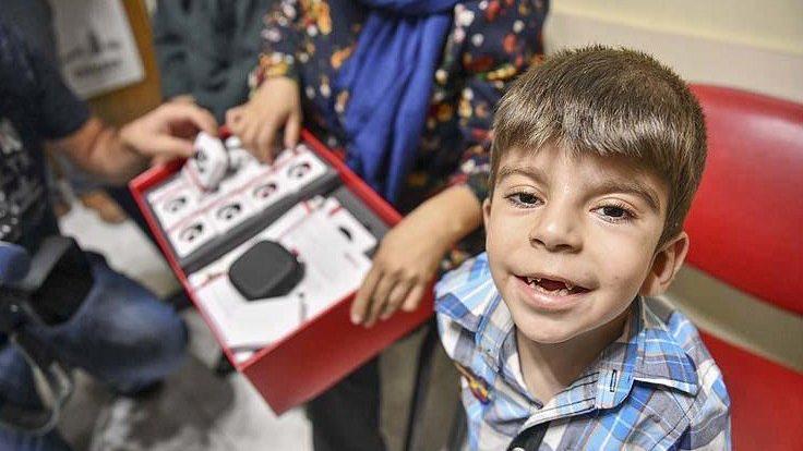 Haluk Levent, yeleğini sattı, küçük Reşit'e işitme cihazı aldı