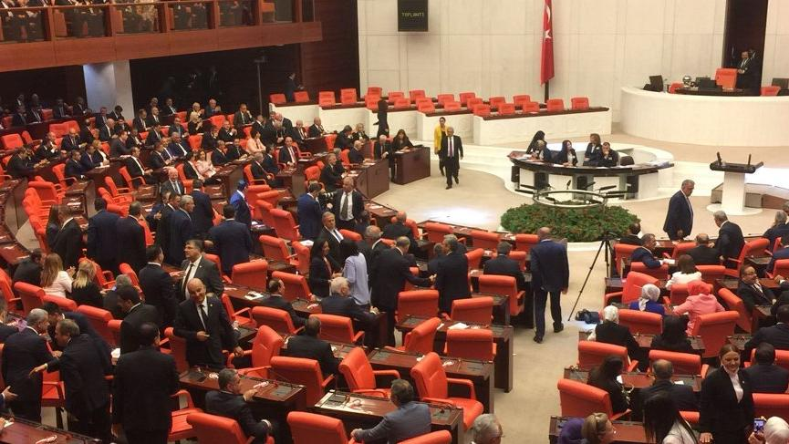 Meclis'te yeni dönem: MHP'liler de ayağa kalkmadı