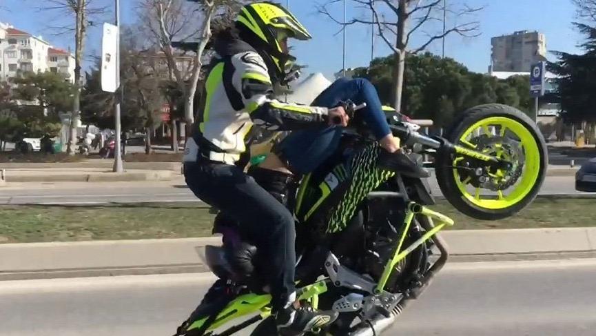 Sevgilisini sırtüstü motosiklete yatırıp tek teker üstünde gitti