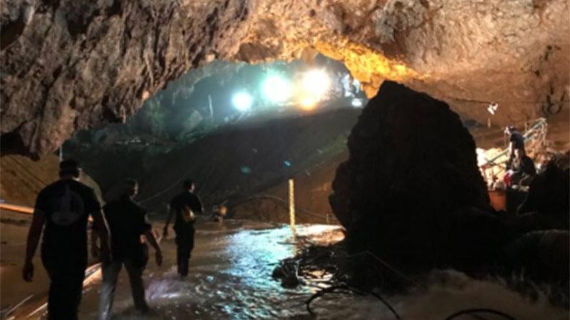 Ünlü milyarder mahsur kalan çocuklar için mağaraya girdi