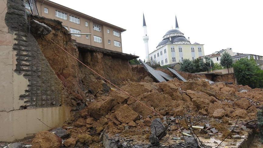 Sancaktepe'de okulun istinat duvarı çöktü