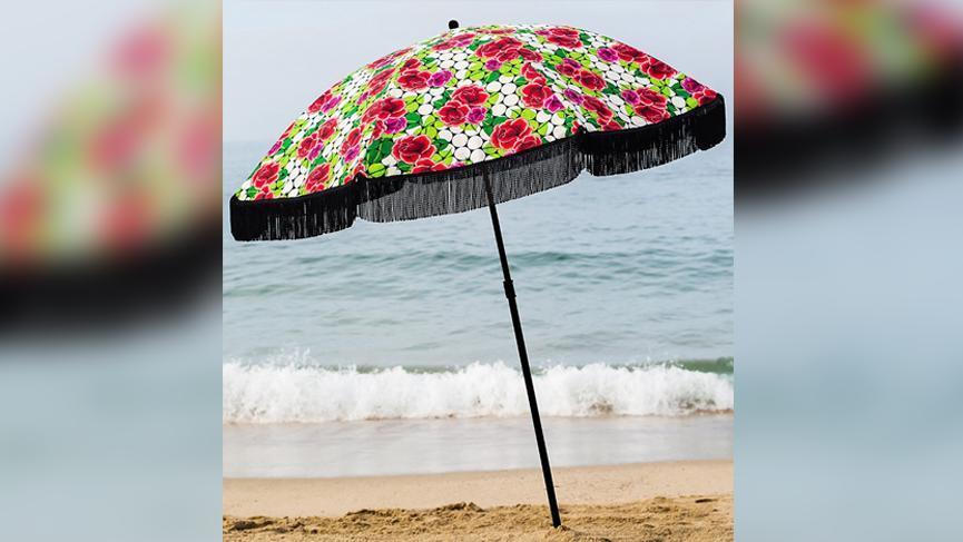 Kumsalda şoke eden olay! Plaj şemsiyesi kadının göğsüne saplandı!