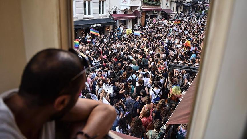 'Onur Yürüyüşü' yapmak isteyen gruba polis müdahalesi