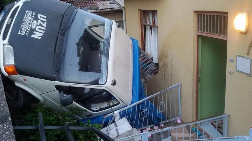 Tokat'ta yokuş aşağı kayan kamyonet eve girdi: 10 yaralı