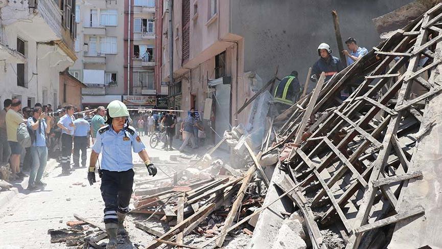 Mersin'de iki katlı bina çöktü