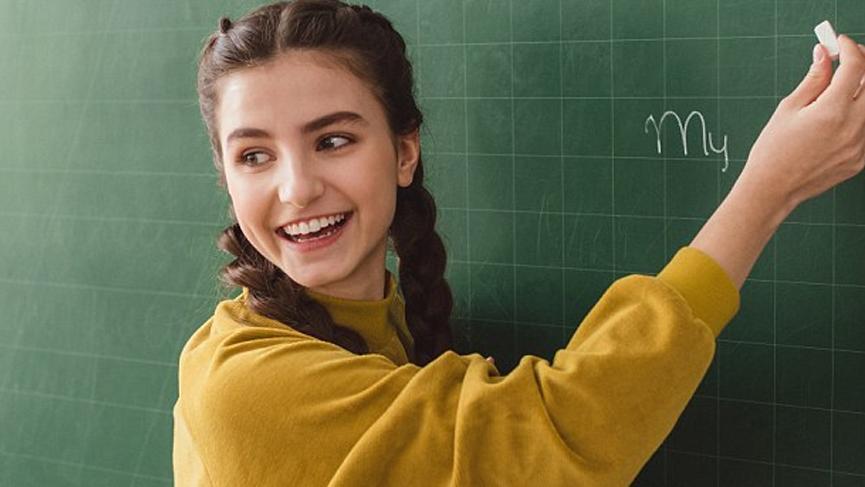 Tablet ve laptopları unutun: İngiltere'de kara tahta-tebeşirin yeniden uygulanması öğrencilerin notlarını arttırdı