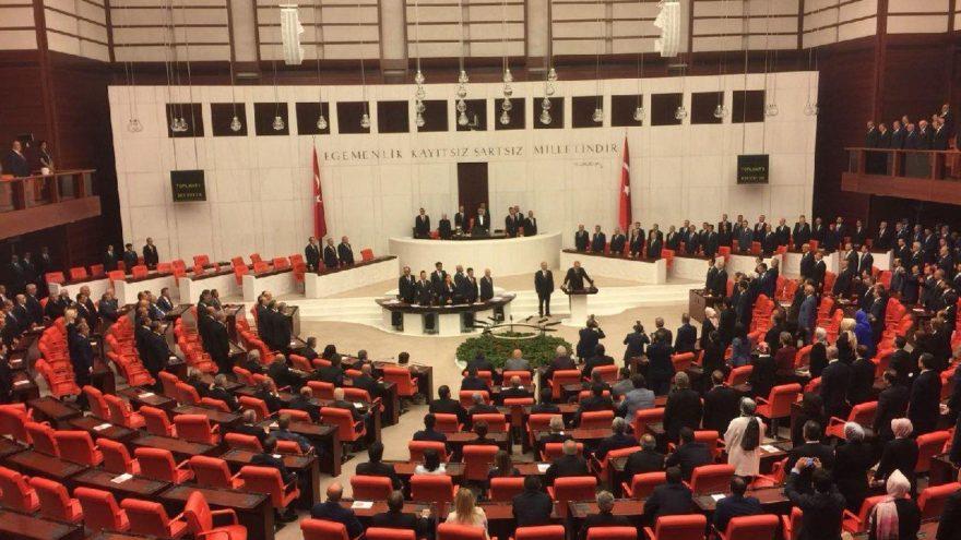 CHP, İYİ Parti ve HDP'liler ayağa kalkmadı