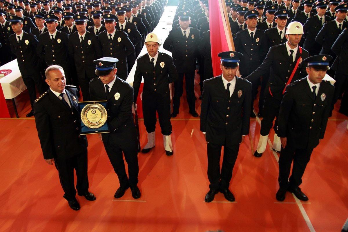 """FOTO: AA / Kayseri POMEM Müdürü Metin Tanrıver'in, yeni mezun olan polislere yaptığı konuşma uyarılarla doluydu. Müdür Tanrıver, """"Gücünüzü mutlaka adaletten, hukuktan ve halktan alacaksınız"""" diye konuştu."""