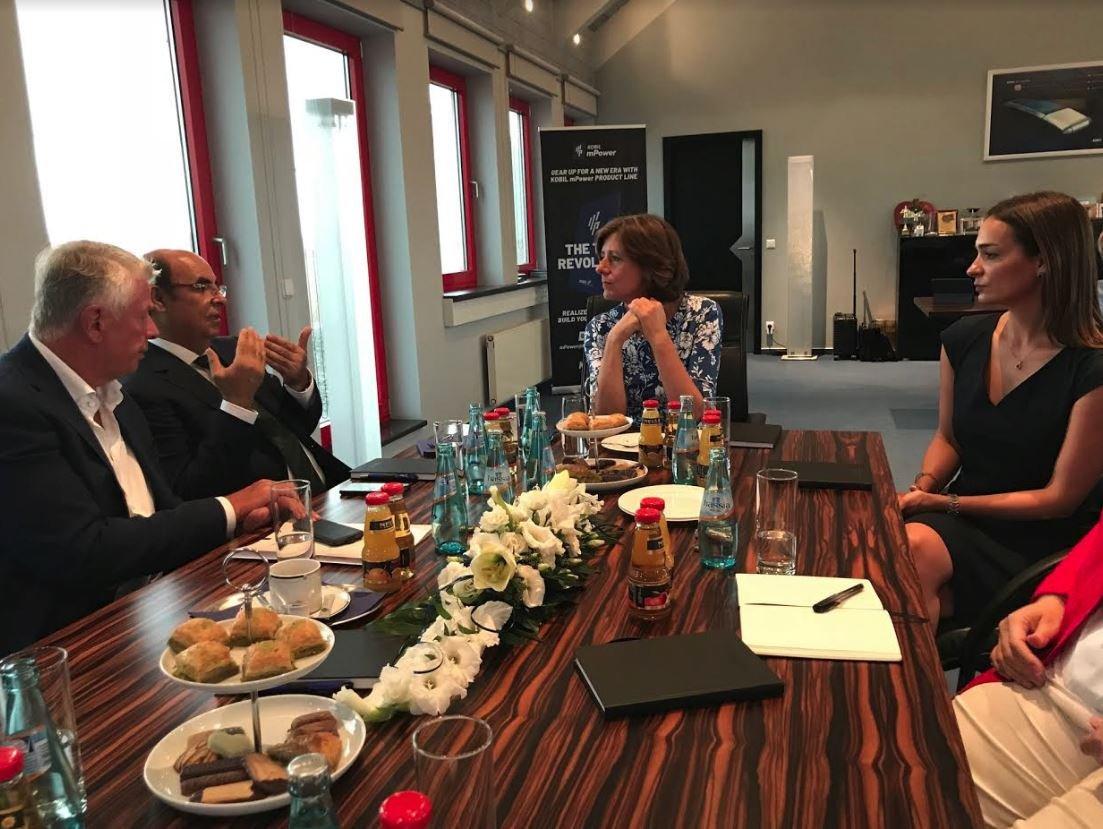 Eyalet Başbakanı Malu Dreyer ile Worms Anakent Belediye Başkanı Michael Kissel'i, İsmet Koyun ve kızı Sıla karşıladı.