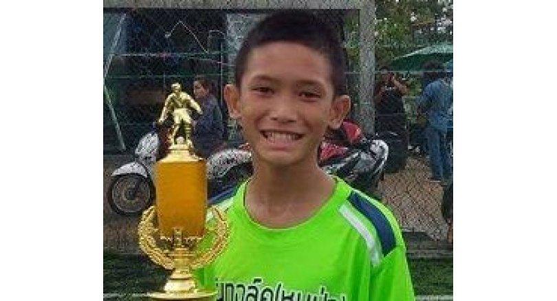 Yerel basında yer alan haberde kurtarılan ilk çocuğun Mu Pa Academy'nin futbolcusu olan Mongkhon Bunpiem olduğu belirtildi. 14 yaşındaki çocuğun sağlık kontrollerinden geçtiği belirtildi.