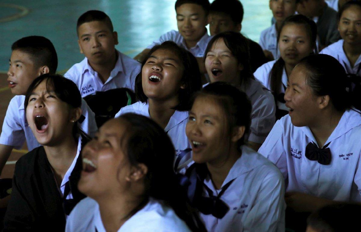 12 çocuk ve bir antrenörün kurtarılma operasyonundan iyi haber gelmesi Tayland'da sevinç gösterileri eşliğinde kutlandı.