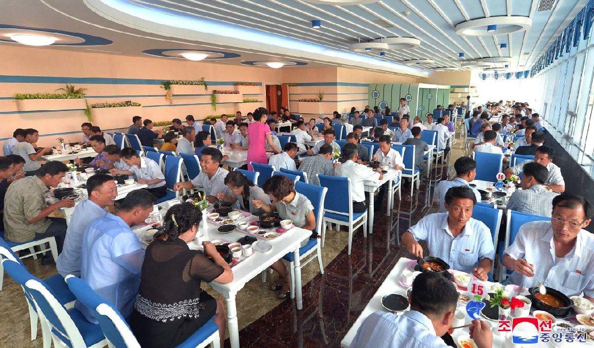Kuzey Kore'de yeni açılan bir lokantada yüzler gülüyor.