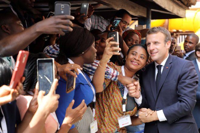 Yerel halk Macron'a büyük ilgi gösterdi.