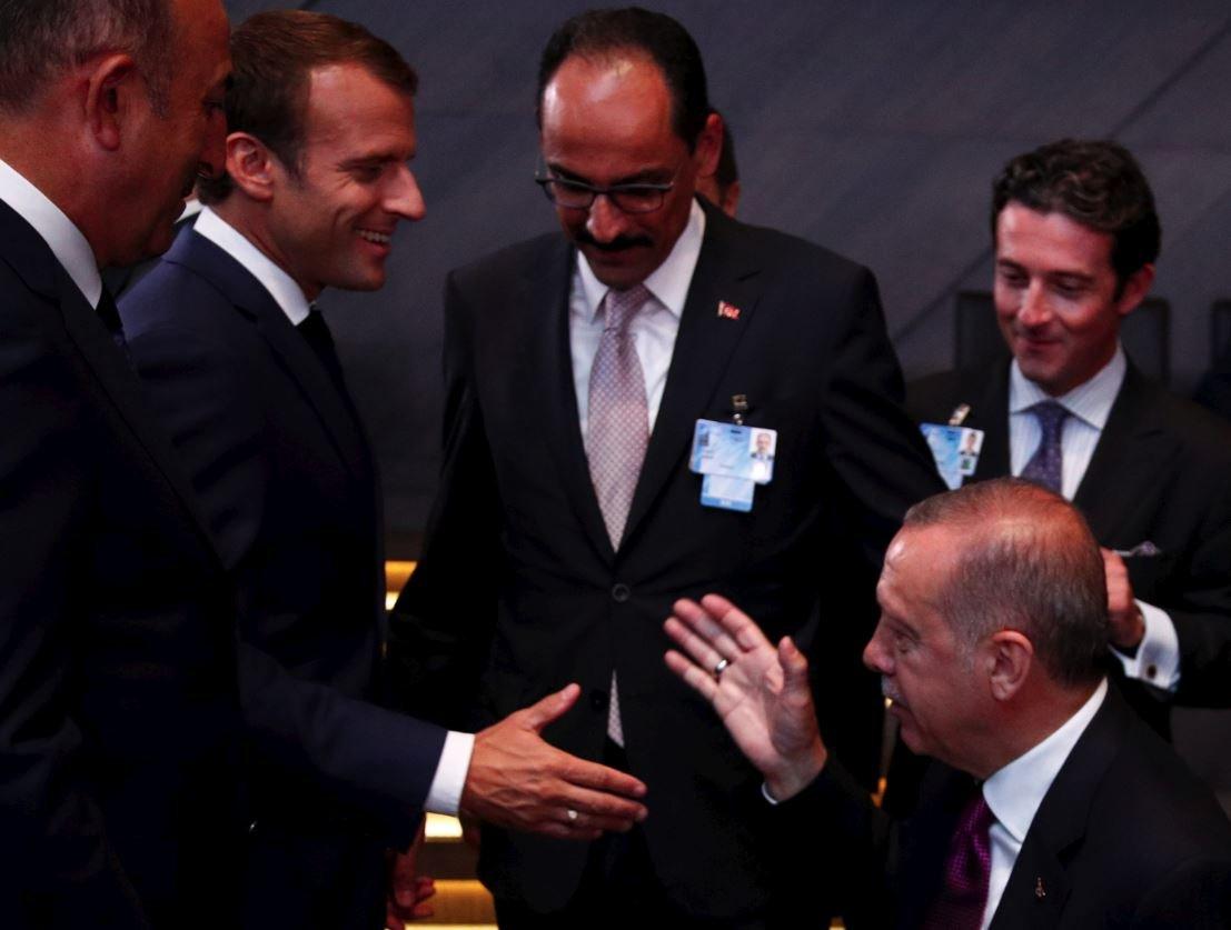Fransa Cumhurbaşkanı Macron, Cumhurbaşkanı Erdoğan ile toplantı öncesinde sohbet etti.