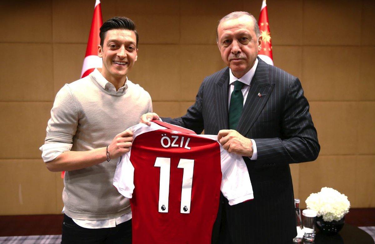 Özil'in Cumhurbaşkanı Erdoğan ile verdiği poz Almanya'da tepki çekmişti.