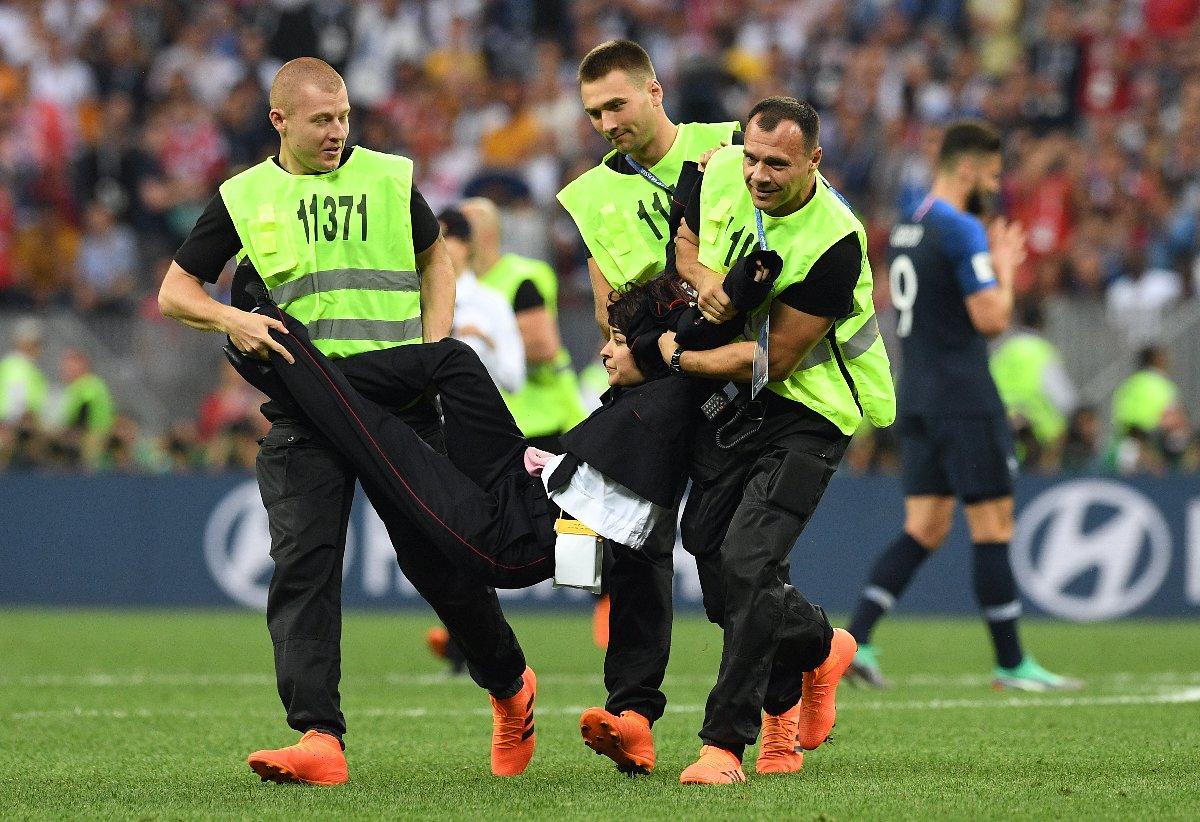 Dünya Kupası'nın final maçında sahaya çıkan Pussy Riot ekibi yaka paça gözaltına alınmıştı.