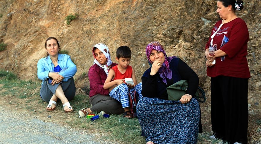 Anne Duygu Tatar (Sol 2) çalışmaları gözyaşı içerisinde takip etti. FOTO:AA