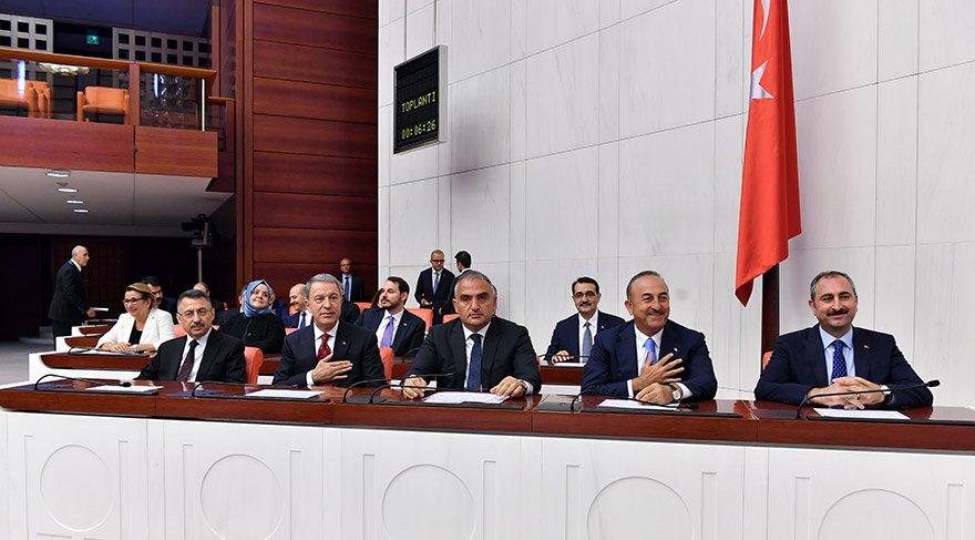Türkiye Cumhurbaşkanı Recep Tayyip Erdoğan tarafından dün atanan Cumhurbaşkanı Yardımcısı Fuat Oktay ve yeni bakanlar TBMM Genel Kurulunda yemin etti. Yemin törenine (soldan - sağa) Cumhurbaşkanı Yardımcısı Fuat Oktay, Milli Savunma Bakanı Hulusi Akar, Kültür ve Turizm Bakanı Mehmet Ersoy, Dışişleri Bakanı Mevlüt Çavuşoğlu ve Adalet Bakanı Abdulhamit Gül de katıldı. FOTO:AA