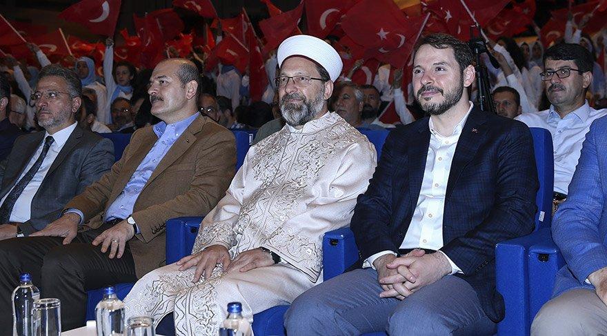 """Diyanet İşleri Başkanlığı ve Türkiye Diyanet Vakfı tarafından düzenlenen Doğu ve Güneydoğulu gençlerin ağırlandığı """"Yazımda Kardeşlik Var"""" projesinin kapanış programı, Haliç Kongre Merkezi'nde yapıldı. Programa Hazine ve Maliye Bakanı Berat Albayrak (sağda), İçişleri Bakanı Süleyman Soylu (sol 2) ve Diyanet İşleri Başkanı Prof. Dr. Ali Erbaş (sağ 2) katıldı. FOTO: AA"""
