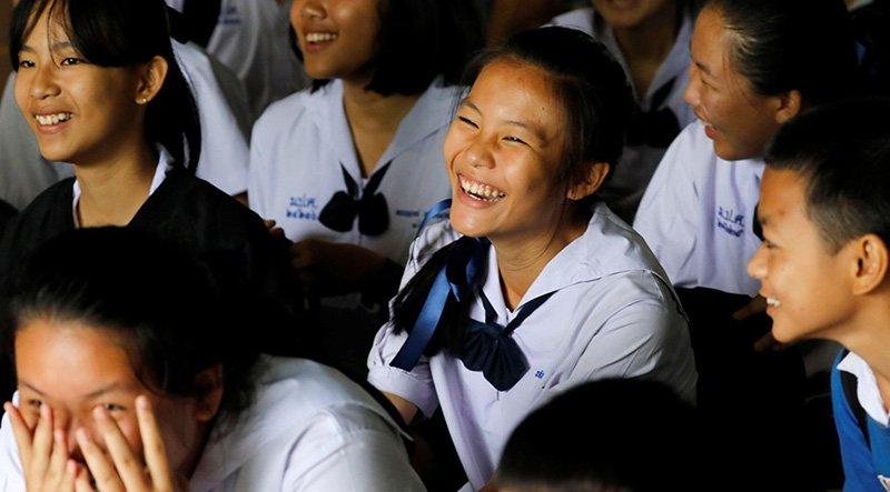 Mağarada mahsur kalan futbolcuların sınıf arkadaşları, çocukların kurtarılma haberlerini alınca böyle sevindi.